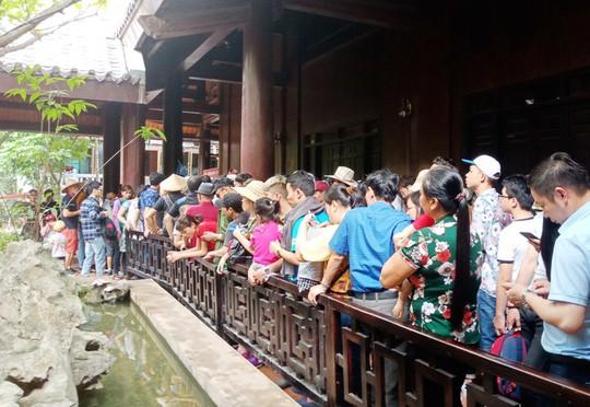 Vạn du khách rồng rắn hàng giờ mua vé đi thuyền ở Tràng An - Ảnh 15.