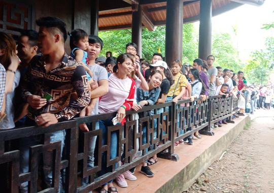 Vạn du khách rồng rắn hàng giờ mua vé đi thuyền ở Tràng An - Ảnh 16.