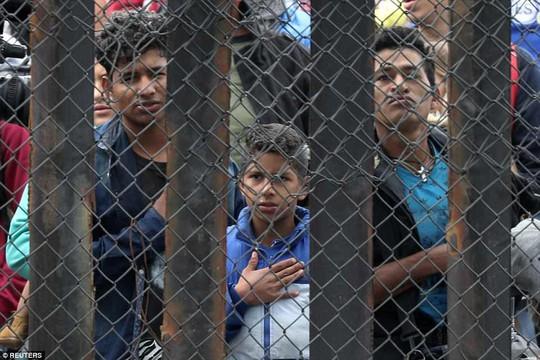 Người di cư trèo lên hàng rào biên giới Mỹ - Mexico - Ảnh 5.