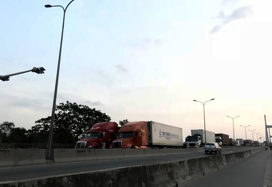 Sợ tốn dầu, tài xế xe Container đậu dốc cầu Phú Mỹ để ngủ - Ảnh 1.
