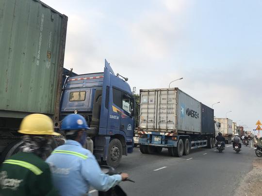 Sợ tốn dầu, tài xế xe Container đậu dốc cầu Phú Mỹ để ngủ - Ảnh 6.