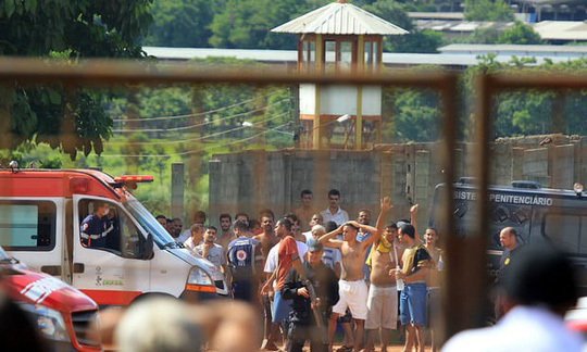 Nội chiến nhà tù Brazil, nhiều người bị chặt đầu, thiêu sống - Ảnh 1.
