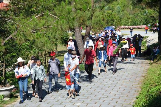 Hàng vạn người dân viếng mộ Đại tướng Võ Nguyên Giáp dịp lễ - Ảnh 2.