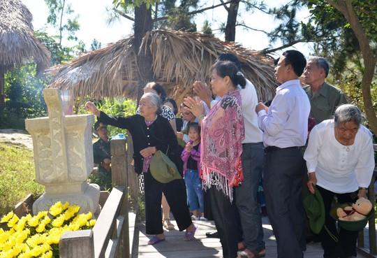 Hàng vạn người dân viếng mộ Đại tướng Võ Nguyên Giáp dịp lễ - Ảnh 3.