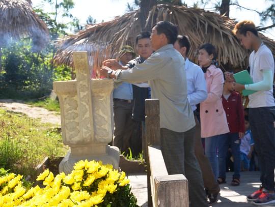 Hàng vạn người dân viếng mộ Đại tướng Võ Nguyên Giáp dịp lễ - Ảnh 4.