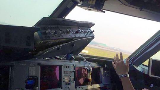 Máy bay vỡ kính buồng lái trên không, phi công bị cứa mặt - Ảnh 1.