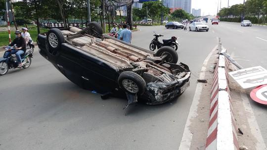Xế hộp  lật như phim ở dốc cầu Sài Gòn - Ảnh 1.