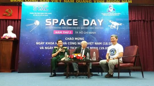 Học sinh giao lưu cùng nhà du hành vũ trụ Phạm Tuân - Ảnh 1.