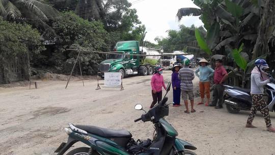Người dân dựng barie chặn hàng trăm xe tải chở đá gây ô nhiễm - Ảnh 2.