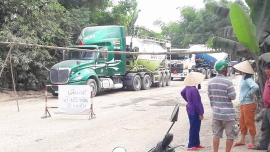 Người dân dựng barie chặn hàng trăm xe tải chở đá gây ô nhiễm - Ảnh 1.