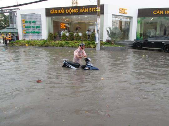 TP HCM: Nước ngập đến yên xe sau cơn mưa chiều cuối tuần - Ảnh 1.