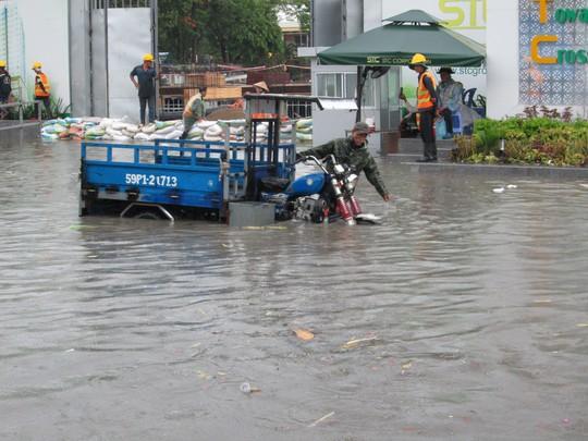 TP HCM: Nước ngập đến yên xe sau cơn mưa chiều cuối tuần - Ảnh 2.