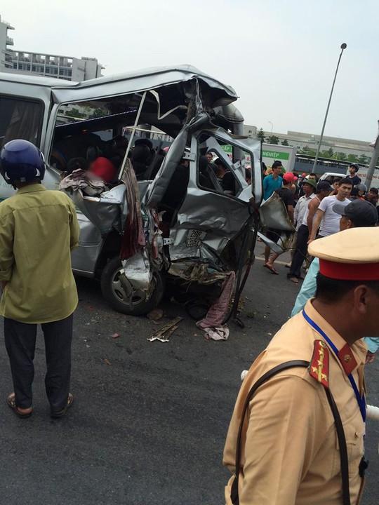 Tai nạn thảm khốc xe tải tông xe khách, 2 người chết, nhiều người bị thương - Ảnh 1.