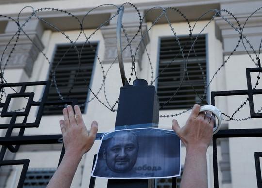 Nhà báo Nga bị bắn chết ở Ukraine bất ngờ... còn sống - Ảnh 3.