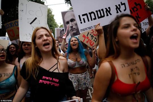 Phụ nữ Israel ngực trần xuống đường phản đối cưỡng hiếp - Ảnh 4.