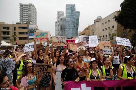 Phụ nữ Israel ngực trần xuống đường phản đối cưỡng hiếp - Ảnh 2.