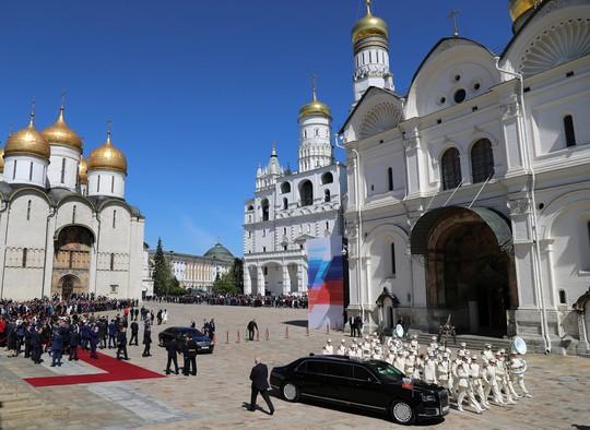 Ẩn ý của ông Putin khi đi siêu xe mới - Ảnh 11.