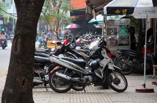 TP HCM: Nhiều bãi giữ xe vẫn trơ gan trên vỉa hè - Ảnh 8.