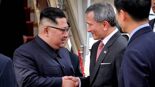 Ông Kim Jong-un tới Singapore, được vệ sĩ chạy bộ đưa về khách sạn - Ảnh 1.