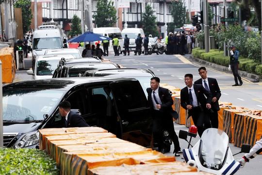 Ông Kim Jong-un tới Singapore, được vệ sĩ chạy bộ đưa về khách sạn - Ảnh 3.