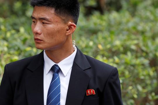 Ông Kim Jong-un tới Singapore, được vệ sĩ chạy bộ đưa về khách sạn - Ảnh 7.