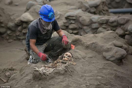 Bi thảm 56 hài cốt trẻ em trong nghĩa trang hiến tế - Ảnh 1.