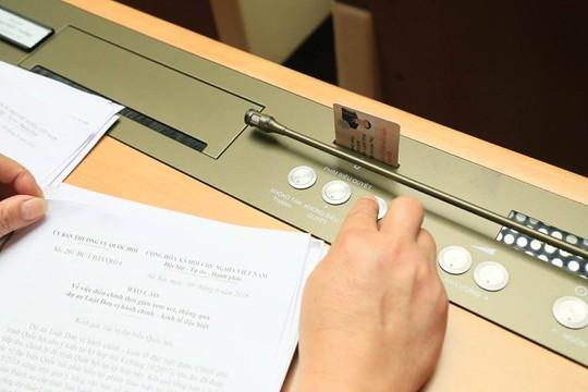 """Cận cảnh đại biểu QH """"bấm nút"""" thông qua việc lùi dự án Luật Đặc khu - Ảnh 3."""