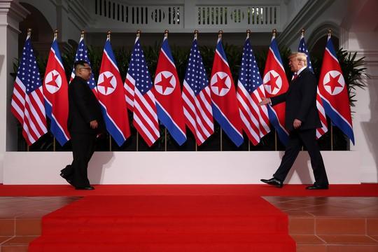 Thượng đỉnh Mỹ - Triều: Đằng sau cái bắt tay 12 giây của ông Trump - Kim - Ảnh 2.
