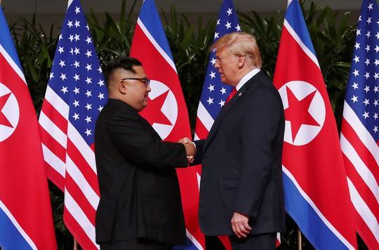 Thượng đỉnh Mỹ - Triều: Đằng sau cái bắt tay 12 giây của ông Trump - Kim - Ảnh 4.