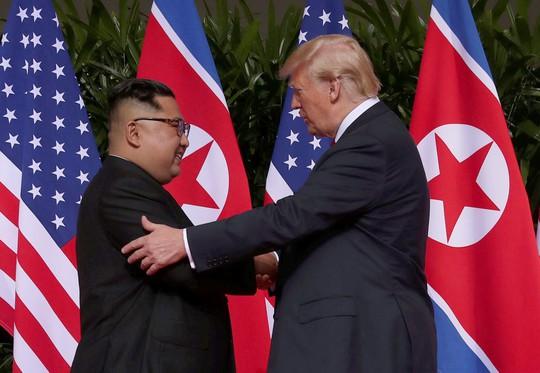 Thượng đỉnh Mỹ - Triều: Đằng sau cái bắt tay 12 giây của ông Trump - Kim - Ảnh 6.