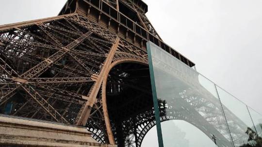 Tháp Eiffel mặc giáp chống đạn - Ảnh 1.