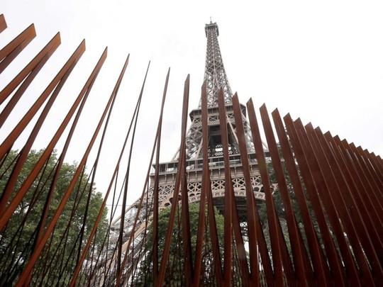 Tháp Eiffel mặc giáp chống đạn - Ảnh 2.