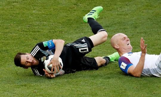 Đừng bắt Messi chơi… bóng bàn - Ảnh 1.