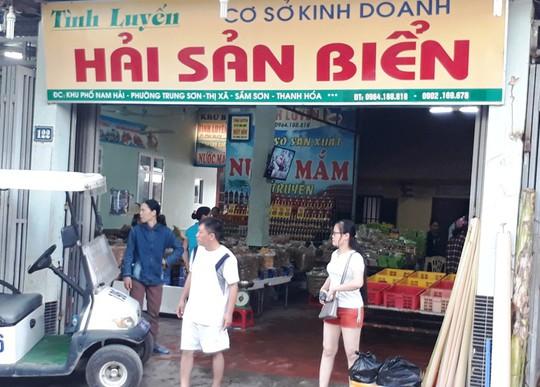 Phát hiện 2 cửa hàng hải sản ở Sầm Sơn bán tôm bơm tạp chất độc hại - Ảnh 3.