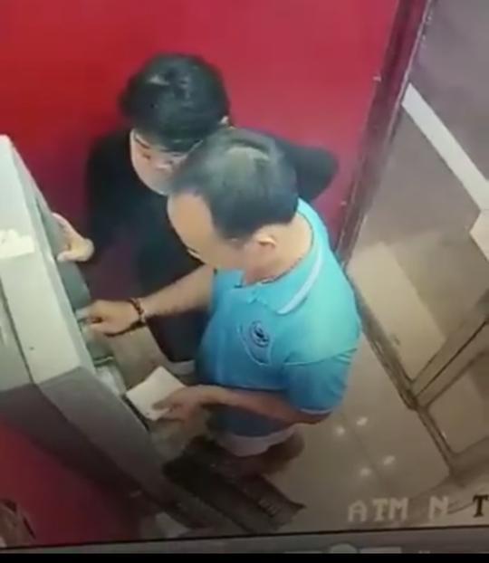 Hai vợ chồng rút trộm 15 triệu đồng đã trả lại cho người làm rơi thẻ ATM - Ảnh 1.
