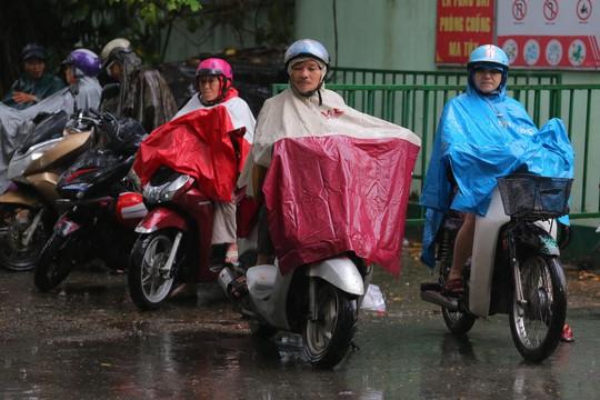Phụ huynh chờ con thi THPT trong cơn mưa chiều tầm tã - Ảnh 1.