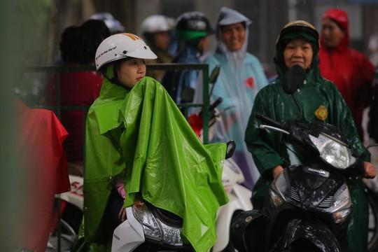 Phụ huynh chờ con thi THPT trong cơn mưa chiều tầm tã - Ảnh 3.
