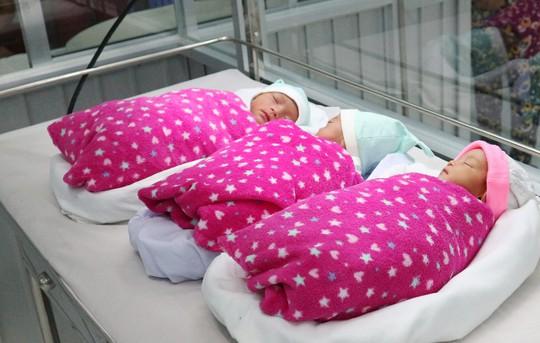 Một phụ nữ đang điều trị vô sinh bất ngờ mang tam thai - Ảnh 2.