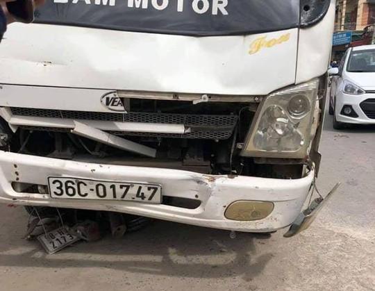 Lao xe máy từ ngõ ra, thiếu niên 14 tuổi bị xe tải tông tử vong - Ảnh 1.