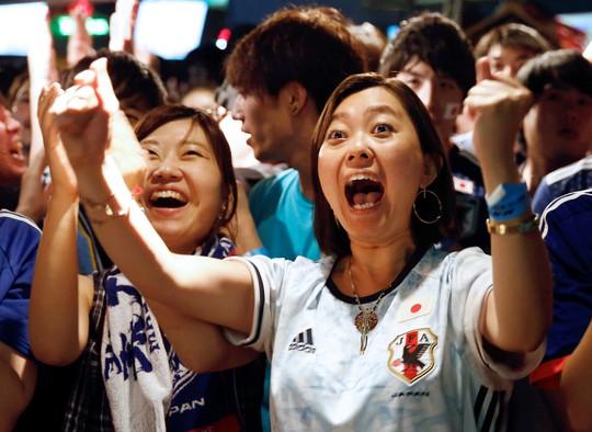 Nhật vào vòng 1/8 nhờ chơi... sạch, CĐV xuống đường ăn mừng - Ảnh 4.
