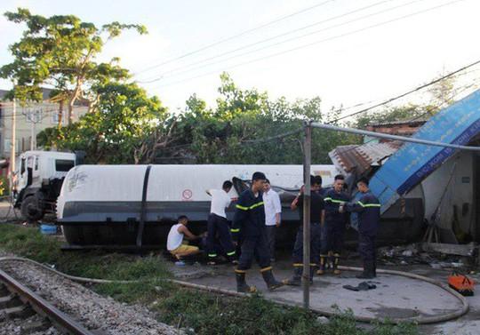 Tai nạn kinh hãi, xe bồn chở gas bị tàu hỏa tông téc gas bay vào nhà dân - Ảnh 1.