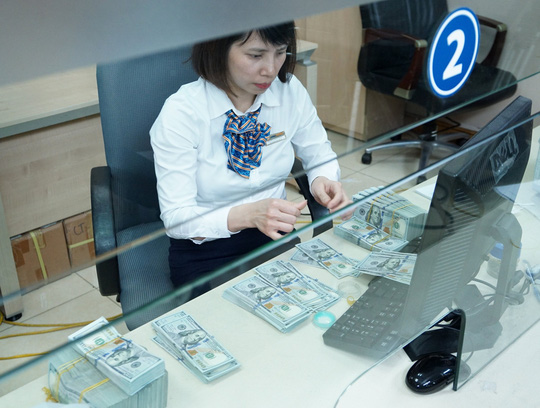 Ngân hàng Nhà nước lý giải việc bất ngờ tăng giá bán USD - Ảnh 1.