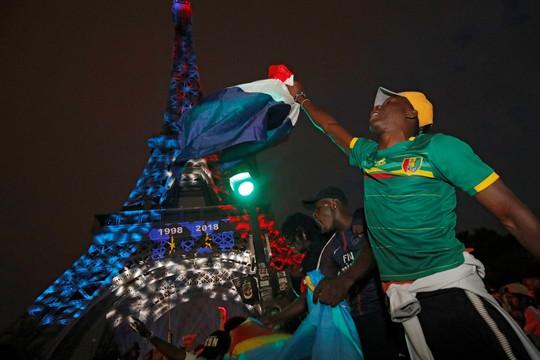 Dân Pháp ăn mừng sáng đêm vì ngôi vương World Cup - Ảnh 10.