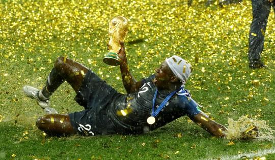 Dân Pháp ăn mừng sáng đêm vì ngôi vương World Cup - Ảnh 11.