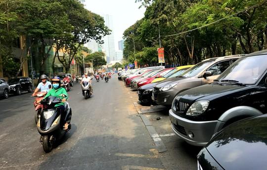 Từ 1-8, phí ôtô đỗ dưới lòng đường từ 20.000 - 25.000 đồng/giờ - Ảnh 1.