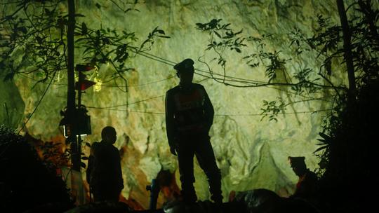 Thái Lan: Chỉ còn cách nơi nghi đội bóng mất tích trong hang 500 m - Ảnh 2.