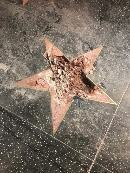 Ngôi sao của Tổng thống Donald Trump trên Đại lộ danh vọng bị đập nát - Ảnh 4.