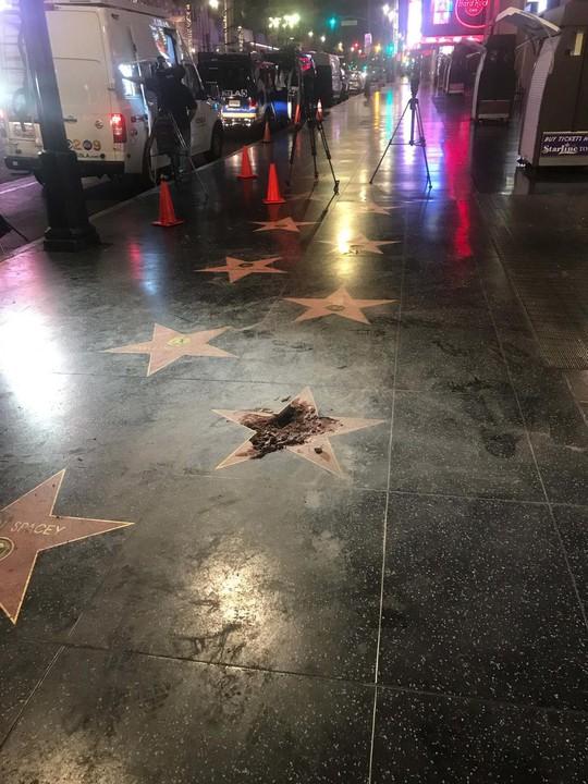 Ngôi sao của Tổng thống Donald Trump trên Đại lộ danh vọng bị đập nát - Ảnh 5.