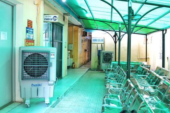 Nắng nóng, bệnh viện cắt điện phòng nhân viên để phục vụ bệnh nhân - Ảnh 3.
