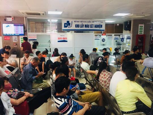Nắng nóng, bệnh viện cắt điện phòng nhân viên để phục vụ bệnh nhân - Ảnh 1.